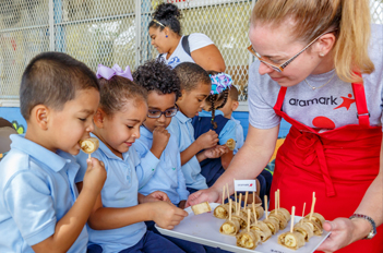 aramark employee sharing food with young children